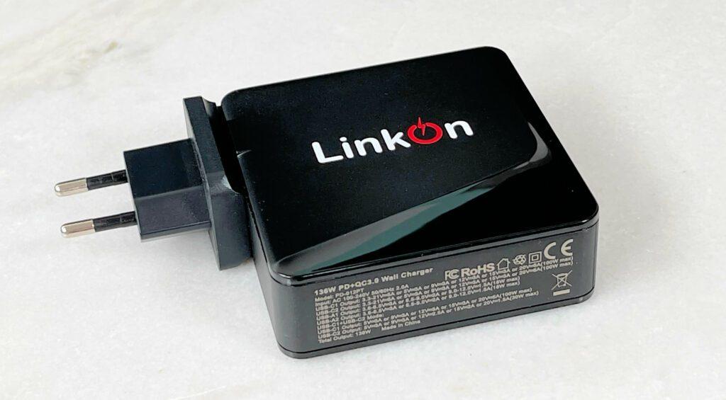 Das LinkOn 136 Watt Netzteil kann man problemlos als Alternative zum Original-MacBook-Pro-Netzteil einsetzen – und es kann nebenbei noch mehr Geräte aufladen.