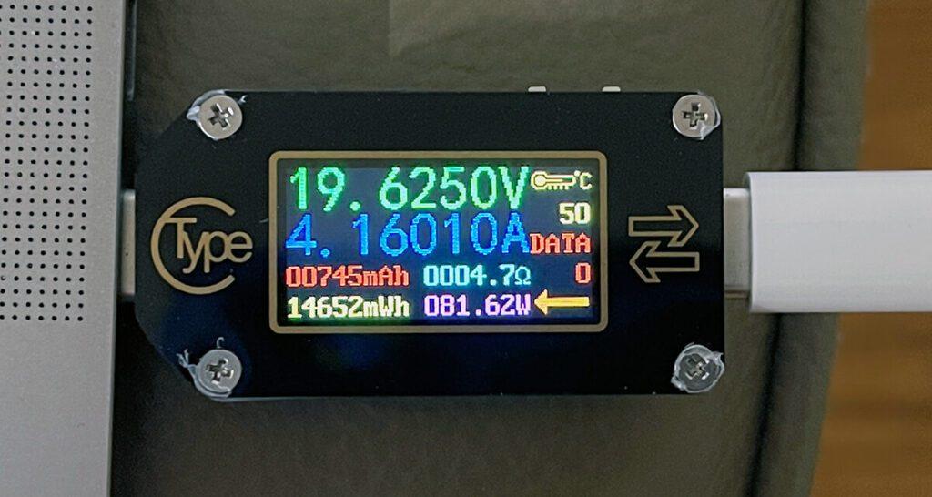 An Port 1 liefert das LinkOn USB Netzteil über 80 Watt für mein MacBook Pro. Nur über Port 2 würde es – bei Mehrfachbelegung – nur 30 Watt Leistung erhalten.