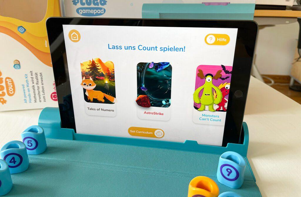 In der Plugo App gibt es verschiedene Spiele, mit welchen die Kinder Rechenaufgaben in verschiedenen Schwierigkeitsgeraden üben können.