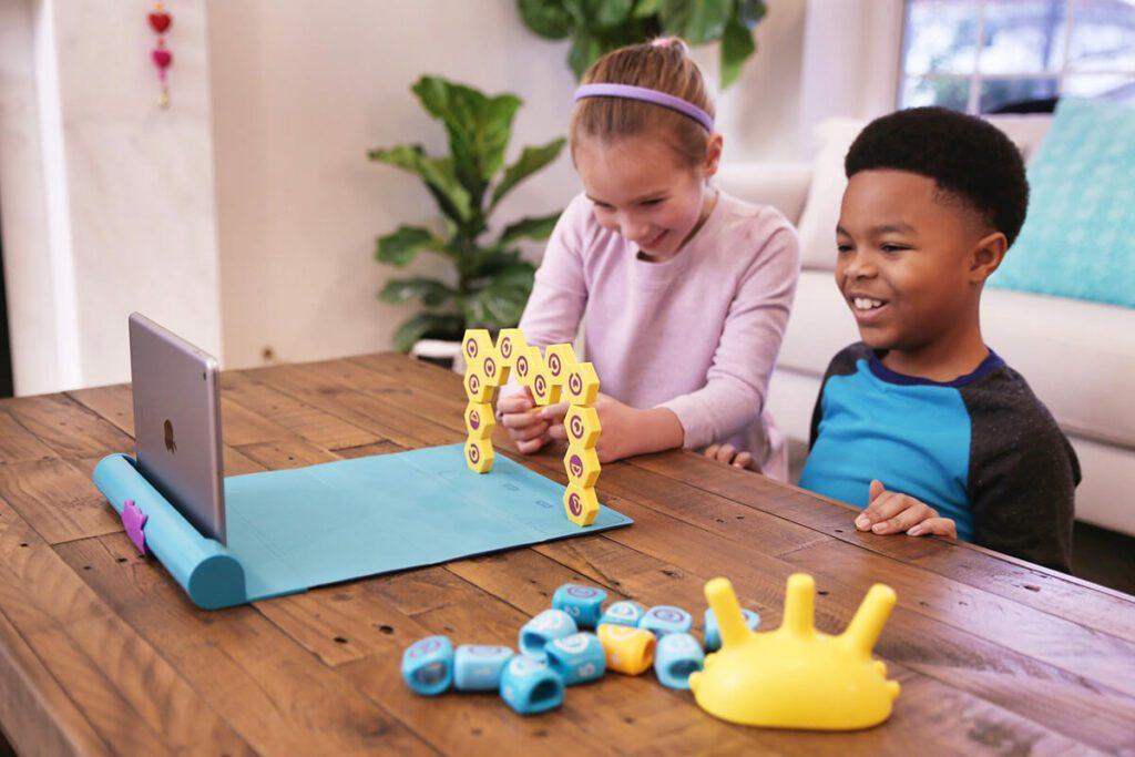 Hier im Pressefoto von Shifu sieht man zwei Kinder mit Plugo Link und Plugo Count spielen. Alle Spiele funktionieren mit der gleichen Matte (Foto: Shifu).