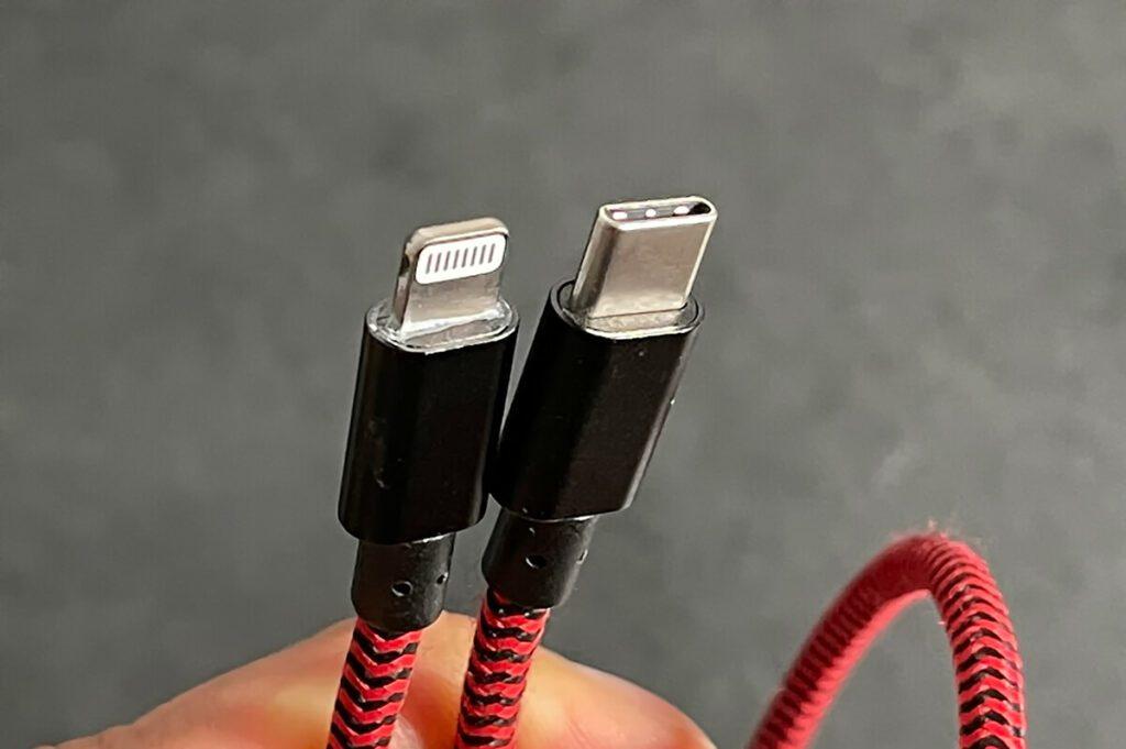 Hier sieht man ein USB-C-auf-Lightning-Ladekabel, welches an aktuelle iPhones passt.
