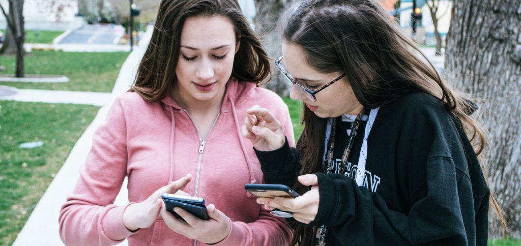 Warum wird ein Android-Smartphone mit der Zeit langsamer, aber ein iPhone nicht? Und ist das überhaupt die richtige Frage? Hier bekommt ihr mehr als eine Antwort, inklusive der Hintergründe, die zu der Annahme der immer schnellen iOS-Geräte führen.