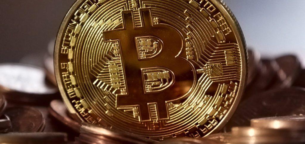 Mit Bitcoin im Internet bezahlen, das ist auf zahlreichen Seiten und in Apps möglich. Selbst eBay denkt über die Zahlungsoption nach. Krypto-Währungen sind zudem auf NFT-Märkten, beim Trading und im Bitcoin Casino beliebt.