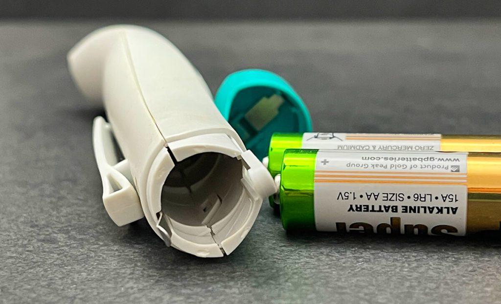 Im Lieferumfang des Stichheilers von bite away befinden sich zwei AA Batterien, damit man direkt losfritzeln kann (Fotos: Sir Apfelot)..