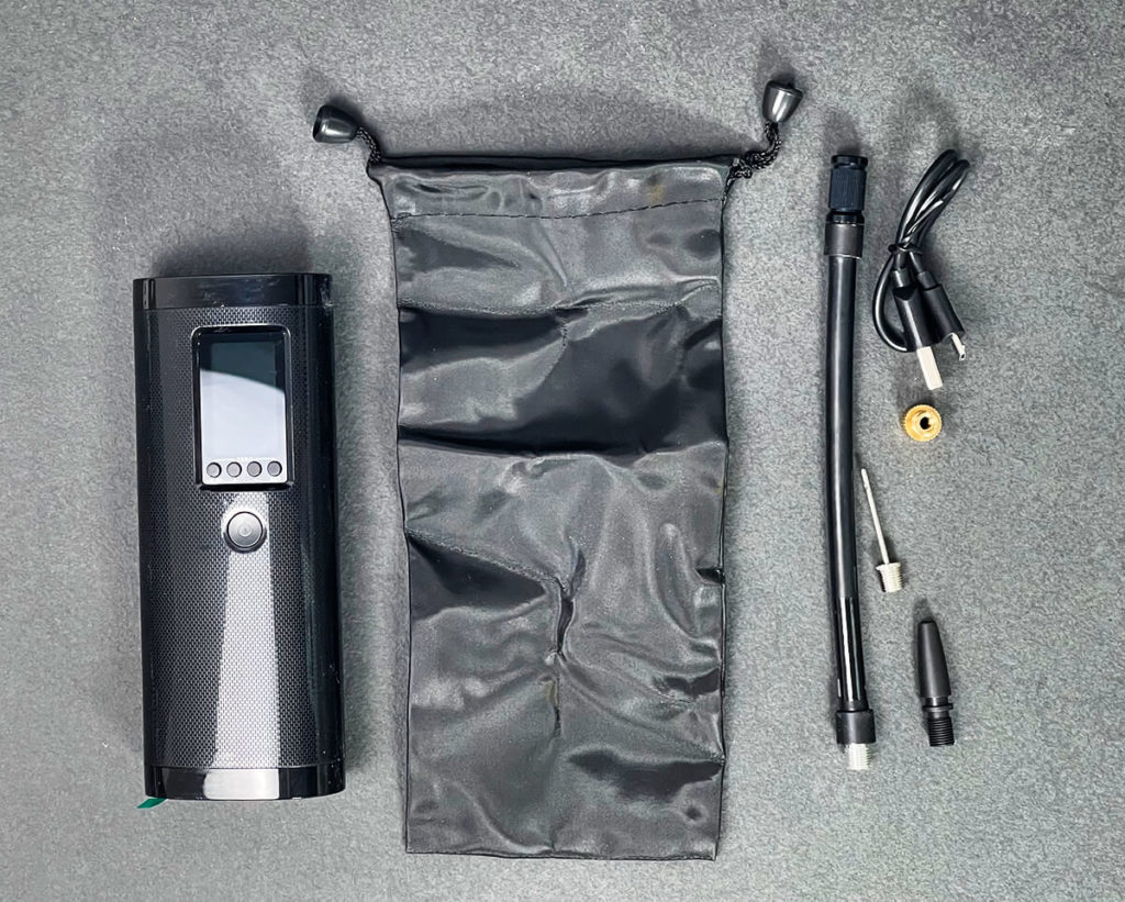 The Veeape electric air pump also comes with two adapters, a transport bag and a USB charging cable - practical to take with you on tours (photos: Sir Apfelot).