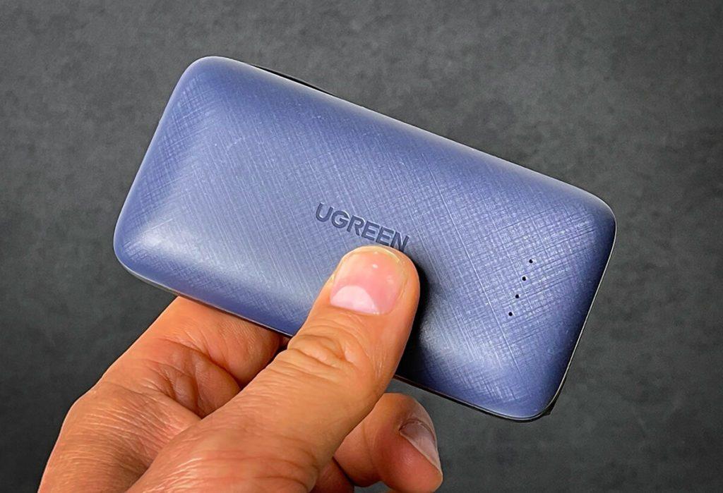 Die Ugreen PowerDot Powerbank ist wunderbar handlich, wie man hier im Foto sieht. Trotzdem kann sie ein iPhone 12 fast 3x wieder aufladen. Trotzdem