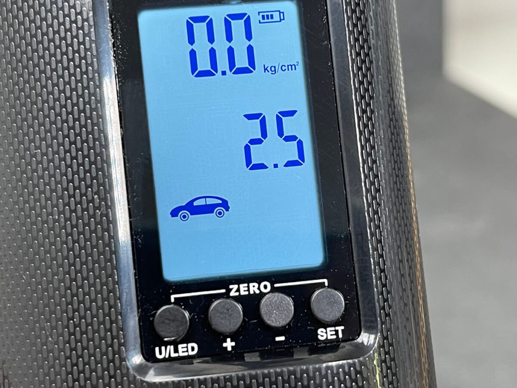 """The Veeape pump has an illuminated digital display. In this case, the default setting """"Auto"""" is activated, which suggests 2,5 bar as the pressure."""