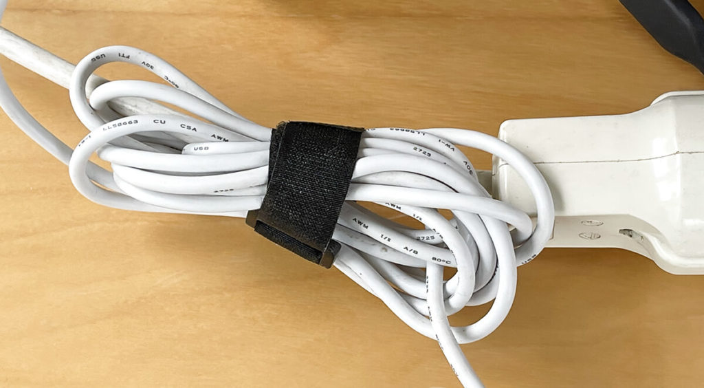 Perfect for cable management: Tie up the USB cable and at the same time attach it to a power cable so that it cannot slip off the table.