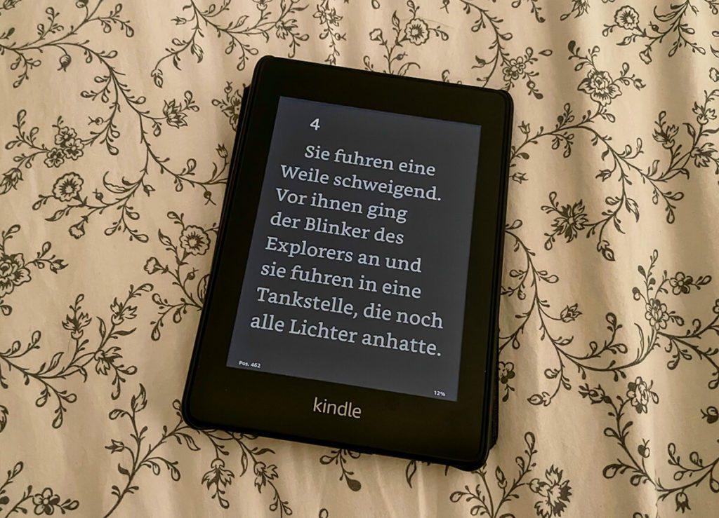 So sieht es aus, wenn auf dem Kindle Paperwhite der Dark Mode aktiviert ist: weiße Schrift auf schwarzem Hintergrund (Fotos: Sir Apfelot).