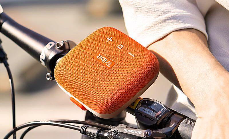 Tribit ist ein Garant für günstige Bluetooth-Lautsprecher mit gutem Klang – hier sieht man die Tribit Stormbox Micro, welche sich dank Gurtband sogar an der Lenkerstange befestigen läßt (Foto: Tribit).