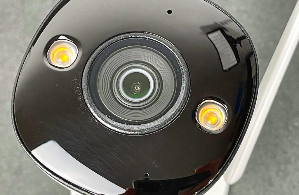Die Bullet 2E IP-Kamera kann man mit drei verschiedenen Linsen bestellen. DIe Brennweiten sind alle fix und die Linse ist nicht wechselbar. Man muss also direkt bei der Bestellung wissen, was man möchte.