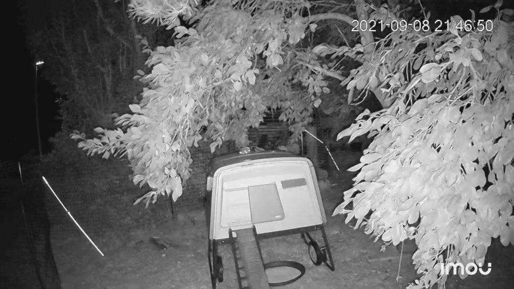 Dies ist eine normale Nachtaufnahme, die nur mit Infrarot-LEDs ausgeleuchtet wurde – quasi unsichtbar für die Nachbarn.