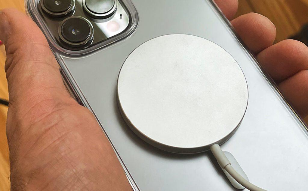 Mit dem MagSafe Ladegerät kommt die Ringke iPhone-Hülle ebenfalls bestens zurecht.