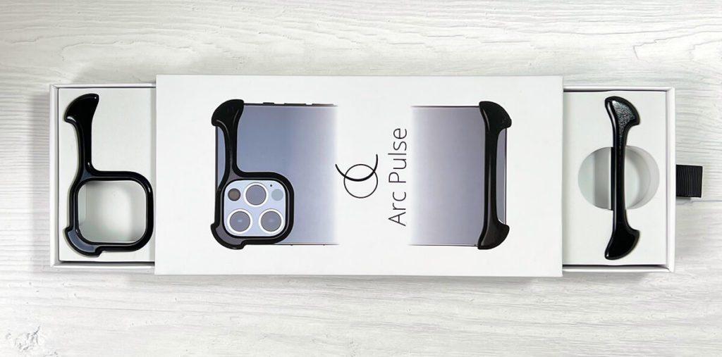 Die Packung des Arc Pulse stellt mich vor Rätsel: Wenn man unten an der Schlaufe zieht, öffnet sich das untere UND das obere Schubfach. Ich habe keine Ahnung, wie das technisch gelöst ist, aber ich will die Packung auch nicht auseinander nehmen (Fotos: Sir Apfelot).