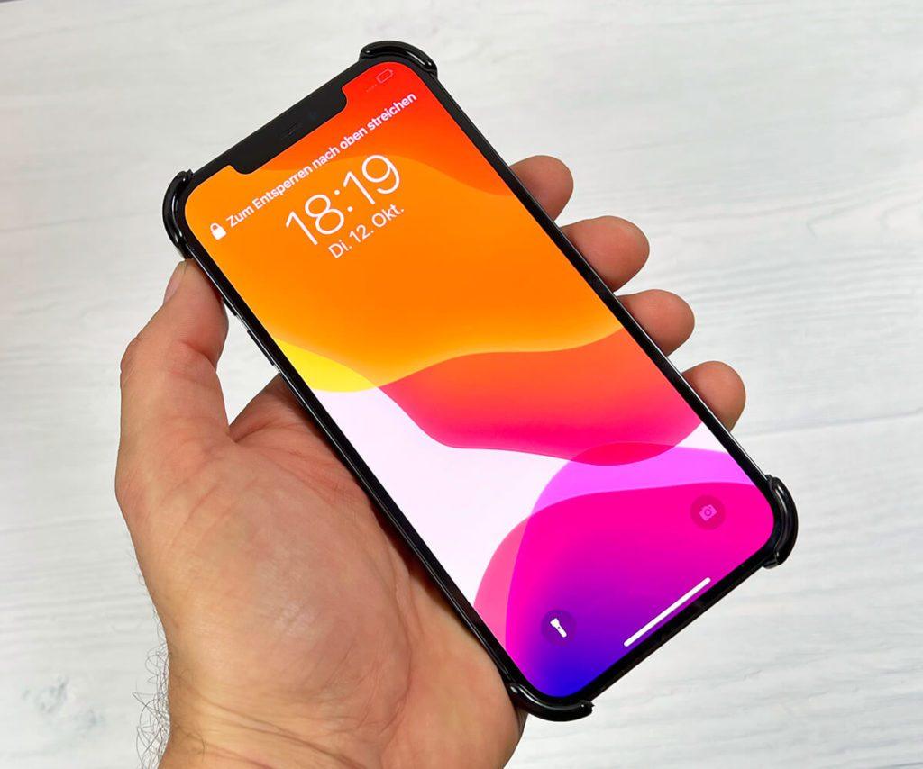 Von vorne ist die Arc Pulse Hülle fast unsichtbar. Nur an den Ecken des iPhone sieht man die schwarzen Elemente des Arc Pulse (Fotos: Sir Apfelot).